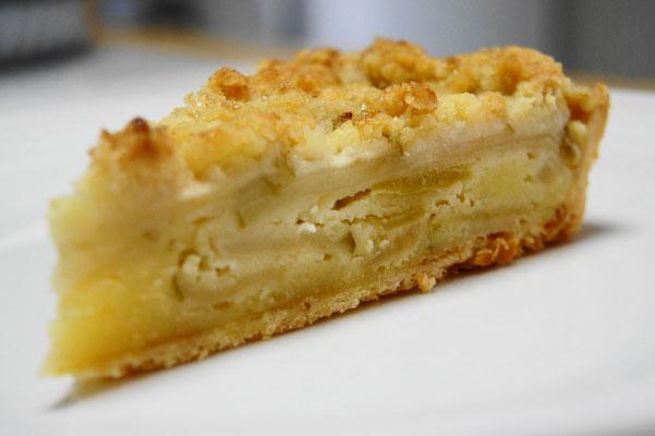 ブラムリー(青リンゴ)のクランブルタルト(アーモンドクリーム) ; 酸味の強いクッキングアップルのブラムリーをアーモンドクリームのフィリングに詰めて表面にクランブルをのせて焼き上げたタルト。サクサクのクランブルとリンゴの酸味が絶妙。