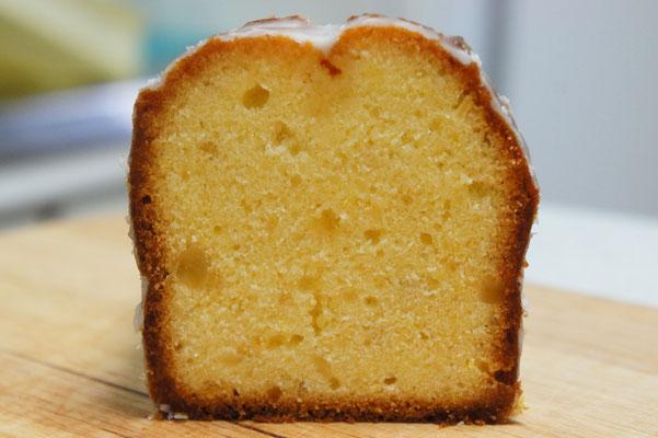 レモンケーキ (パウンドケーキ、カット) ;しっかりと焼き上げた口どけの良いケーキで、甘さとレモンの酸味のバランスよさが後を引く味わい。