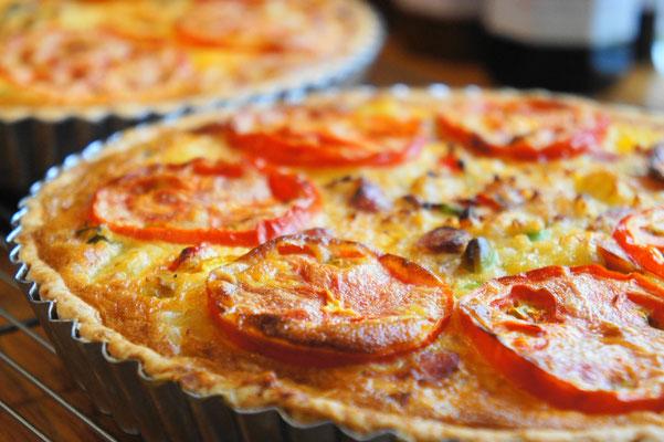 夏野菜のキッシュ(21㌢ホール) ; トマト、ドライトマト、じゃがいも、枝豆などを使ったあっさりとした味わい。