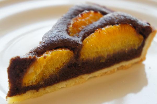 ネーブルオレンジのタルト(チョコレート) ; 柑橘のタルトのアーモンドクリームをチョコフラン種にしたタルト。しっかりとした香り、味わいの柑橘(オレンジ等)にはビターなクーベルチュールチョコを使って大人の味わいに。