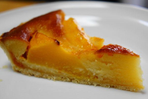 桃のタルト ; かためのフレッシュな桃(写真は黄金桃)を並べてしっかり焼き上げたタルト。桃の香りいっぱいの幸せな味わいのタルト。
