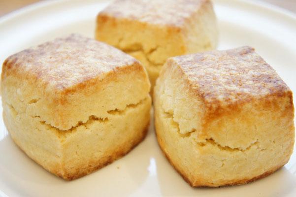 プレーン ; 小麦粉、バター、卵、牛乳、酵母、ほんの少しの砂糖、塩で作ったベーシックスコーン。粉の味と天然酵母が発酵したチーズのような味が楽しめるシンプルなスコーン。(要予約)