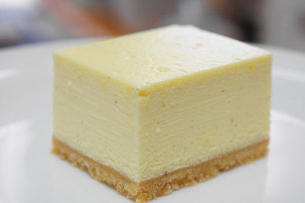 NYスタイルのチーズケーキ ; 底生地に自家製のサブレ、本体にはクリームチーズ、卵、砂糖、生クリーム、サワークリーム、レモンを使って作って焼き上げたチーズケーキ。とろとろの状態になるようにしてあるため、口どけのよいなめらかな口当たり。濃厚だけど割とあっさりと食べられるチーズケーキです。