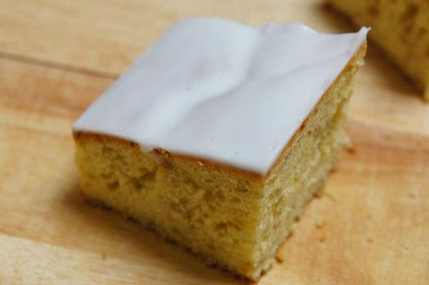 生姜のケーキ ; 開店当初からの焼き菓子屋の定番。生姜の甘煮を混ぜ込んだ素朴なケーキに、、レモンのアイシングを施した甘くて辛くて酸っぱい三拍子そろった焼き菓子。