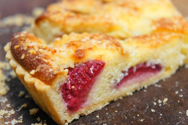 苺のタルト ; 酸味のある香りのよい苺とクリームチーズ、ミルク、アーモンドを使ったミルキーでクリーミーなタルト。余韻の長い幸せな味わい。