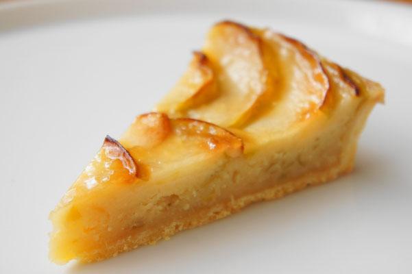 りんごのタルト ; ブラムリー(クッキングアップル)や紅玉などの酸味の強いリンゴを使ったタルト。フィリングのアーモンドクリームにもキャラメリゼしたリンゴを使っているので濃厚でサッパリとしたリンゴのタルトを味わうことができます。