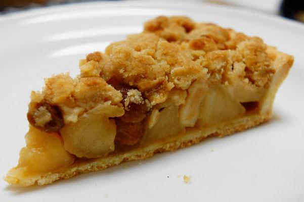 りんごのクランブルタルト ; サンふじなどのシャキシャキしたりんごを使って焼き上げるクランブルタルト。キャラメリゼして甘煮にしたものとフレッシュなりんごを半々使って味わいに変化を持たせています。。