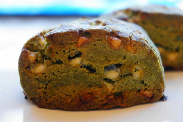 緑茶とホワイトチョコ ; 緑茶と抹茶(粉末)の生地にホワイトチョコを散らしたスコーン。ミルキーな苦さを味わえます。