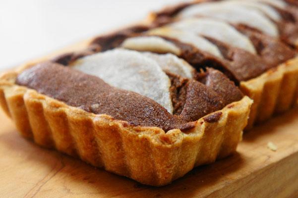 和梨のタルト ; ココア生地のアーモンドクリームに和梨(豊水など)を詰めて焼き上げたやさしい味わいのタルト。