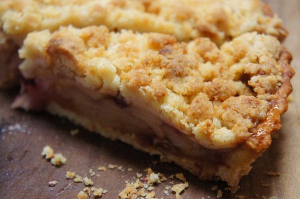 りんごのクランブルタルト ; たっぷりのフレッシュなリンゴとドライレーズンやクランベリーにクランブルをトッピングしてしっかりと焼き上げたタルト。りんごはブラムリーや紅玉などの酸味の強いものを使用します。