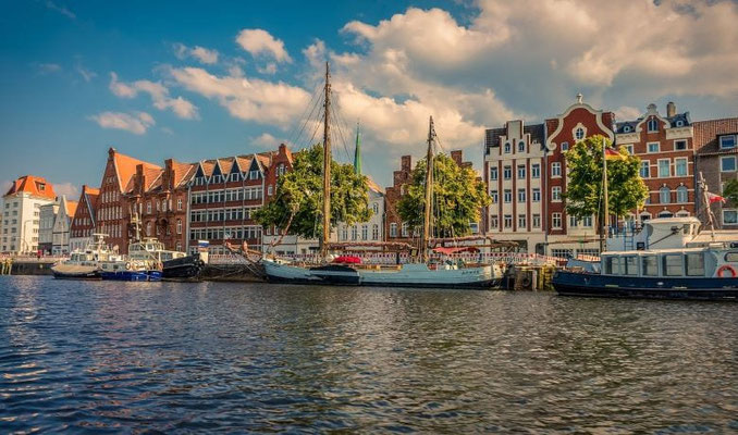 Städtereise Lübeck Spaziergang an der Trave Anlegestelle