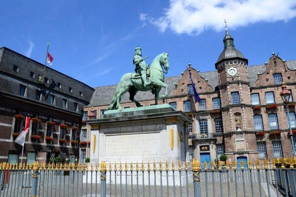 Ausflugsziel Düsseldorf Marktplatz mit Jan Wellem