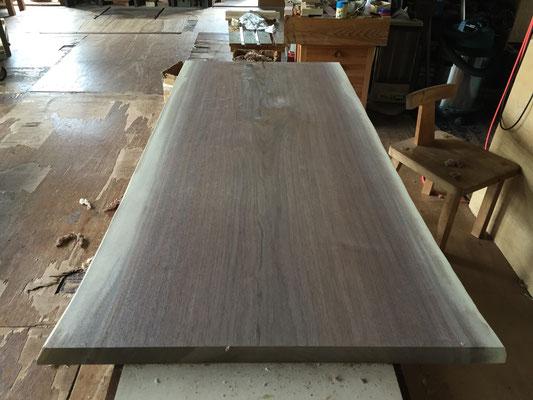 加工中のブラックウォールナット 一枚板 テーブル