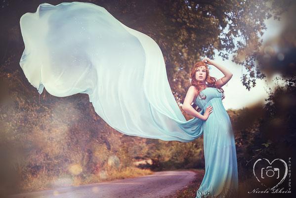 Fliessendes, türkises Kleid mit Goldborte und langer, abnehmbarer Schleppe