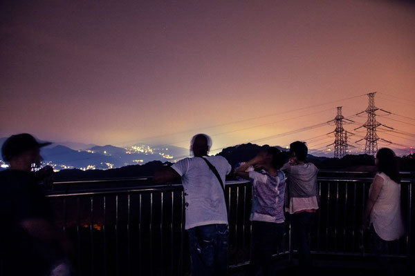 The summer in Yokohama is hot and humid.  I like hot weather!  However, the humidity can be terrible!  In this photo, several of my friends gathered to watch the Persied meteor shower, but the air was so thick with humidity that we couldn't see any!