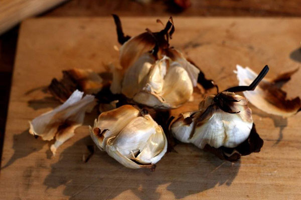 You can almost smell it!  Roast garlic, while preparing for a chili contest at Beach Muffin Cafe in Zushi! 逗子