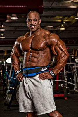 IFBB Pro Victor Martinez trainiert oft mit seinem Schiek Gürtel und schwört auf die komplette Schiek Fitnesszubehör-Linie.