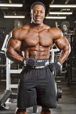 Shawn Rhoden kann sich ein Training ohne Schiek Gürtel und Schiek Zughilfen nicht mehr vorstellen. Team Schiek wird durch IFBB Pro Shawn Rhoden unterstützt.