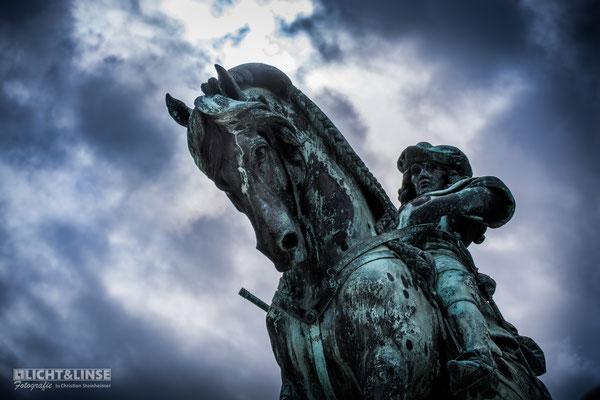 Statue vor Wolkenhimmel Budapest