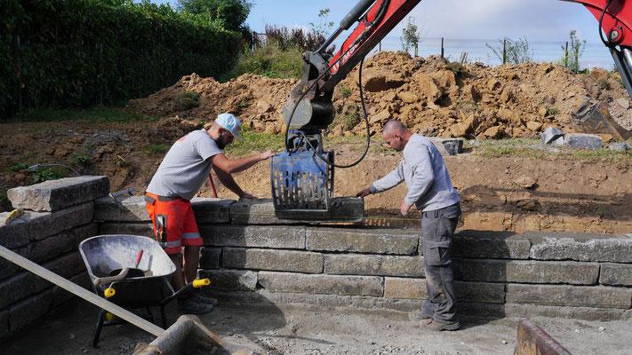 Pose d'un mur en pierre bleue du Hainaut