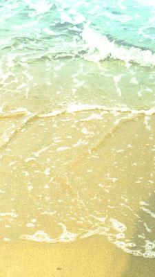波打ち際。Flashでは、波打ち際に漂う数字で日時と時刻を表示していました。