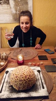 Tabea Ruegge begeistert von der Torte bei Kollegen