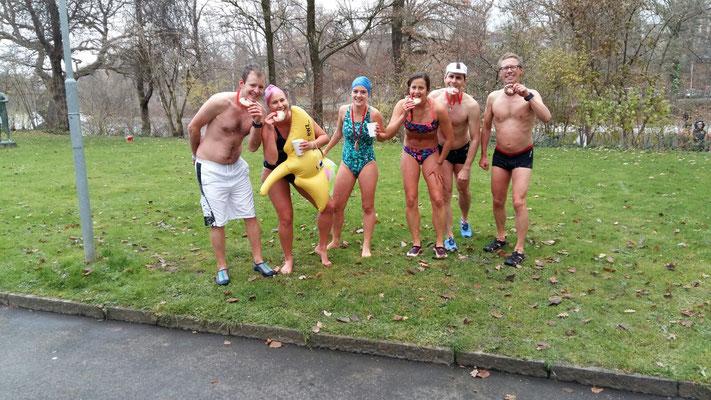 Mit der hart erarbeiteten Finisher-Medallie des Zibeleschwimmens