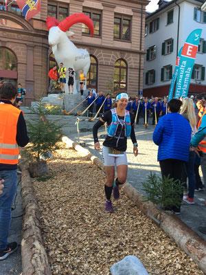 Tabea Ruegge kurz nach dem Start des Transruinaulta-Trailmarathon