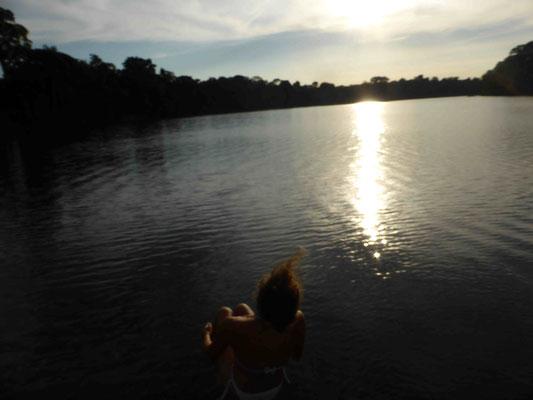 Sprung in den See mit Piranhas. Die würden nur Ass fressen, erklärte der Guide! Wikipedia zuhause erzählt etwas anderes...... Überlebt haben wir es :-)