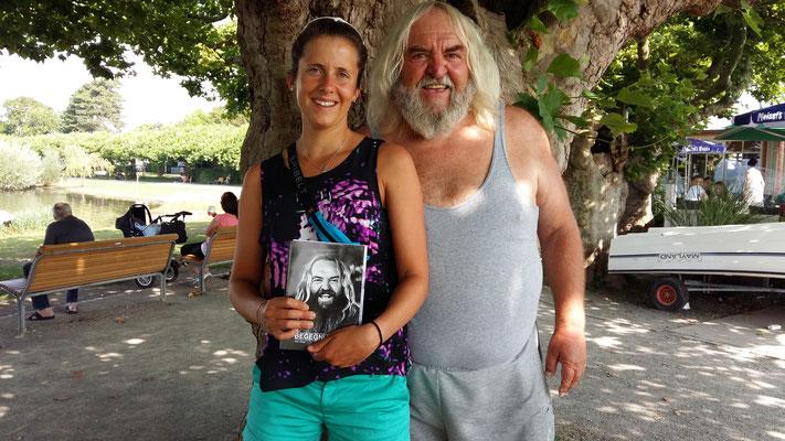 Dieser Herr, Steinekünstler, schenkte mir zu meinem Sieg ein von ihm geschriebenes Buch