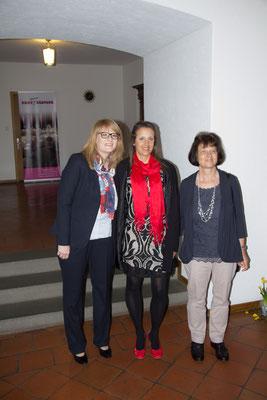 Mit Unterstützung vor der Trauung - Helen Zimmermann, Andrea Reist, heute auch Zimmermann, Tabea noch Zimmermann danach Ruegge :-)