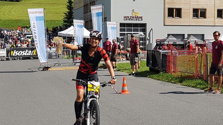 Tabea startet auf die Bikestrecke in Grindelwald.