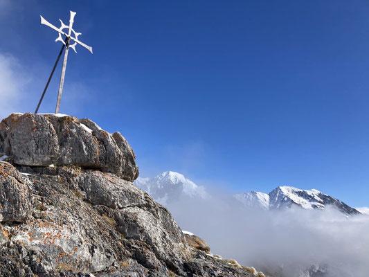 Der Gipfel bei der Wiwannihütte bei Sonnenschein