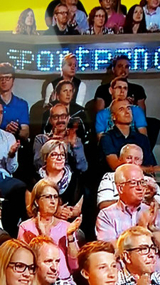 Do, scho wieder im TV! U hinger dr Tabea sitzt d Ariella Käslin!