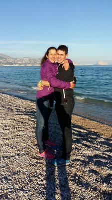 Erster Spaziergang am Strand von Spanien