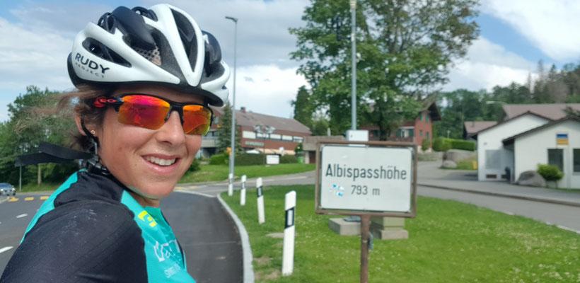 Tabea auf dem Weg nach Zürich, heir auf der Albispasshöhe.