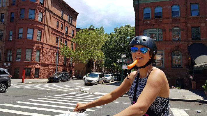 Tabea konzentriert am Radfahren