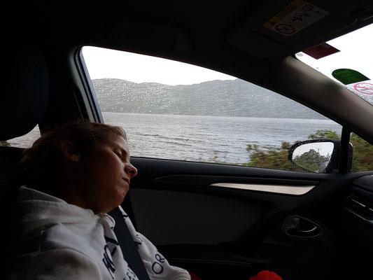 Im Hintergrund: das Loch Ness, im Vordergrund: Tabea schläft