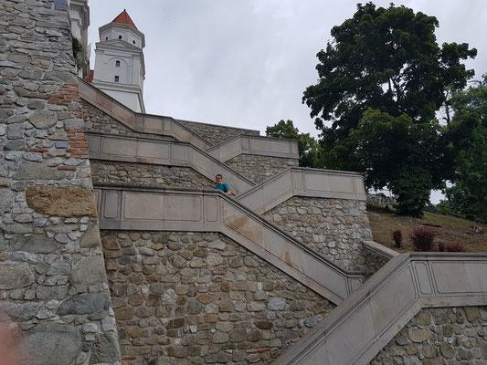 Treppe zum Schloss oberhalb Bratislavas