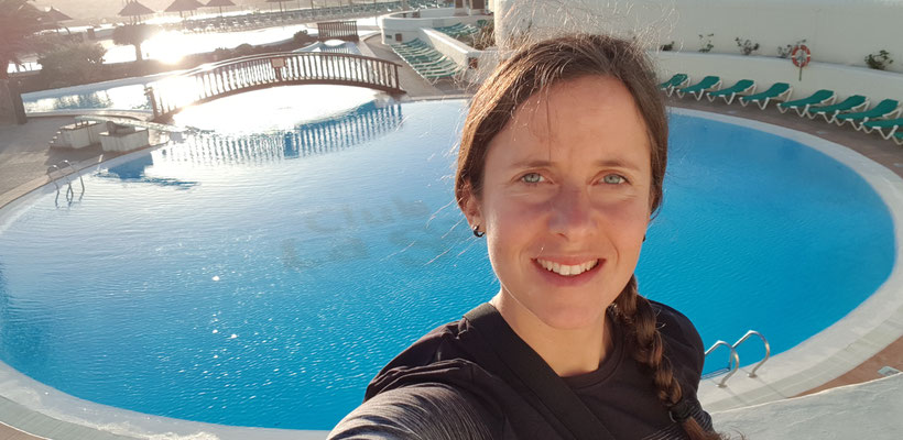 Tabea Ruegge am Pool in Lanzarote