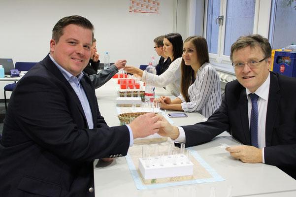 Vorstand, Herr Mirlach mit einem Mitarbeiter