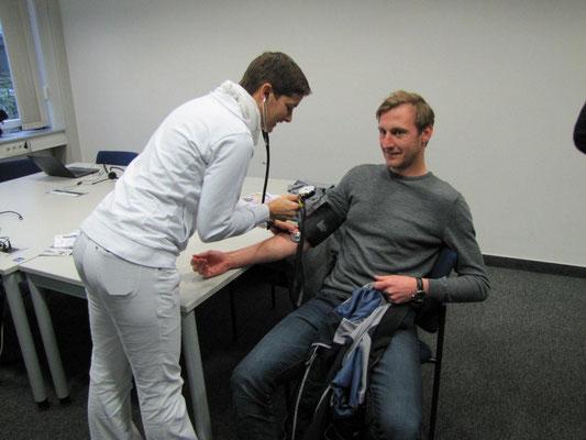 Wer wollte, dem wurde der Blutdruck gemessen, egal ob Spender....