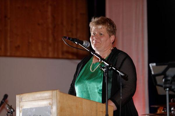 Lisa, die Mama von Anja, würdigt die Verdienste der Vorstandschaft