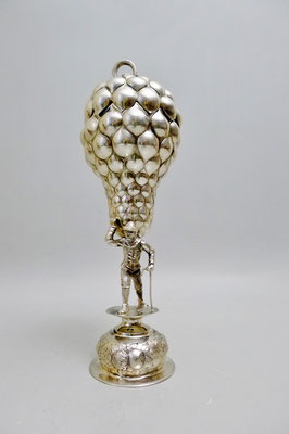 Traubenpokal 13 Lot Silber vor 1887, H 29cm. Winzer trägt Weinrebe welcher als Kelch dient