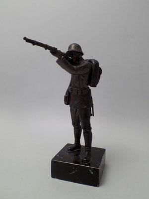 Soldat mit Gewehr 2.WK