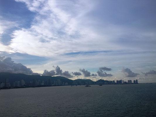 Ein sehr heißer Tag geht zu Ende und es ziehen Gewitterwolken auf.