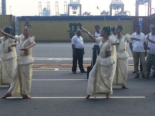 Eine Tanzgruppe zur Begrüßung