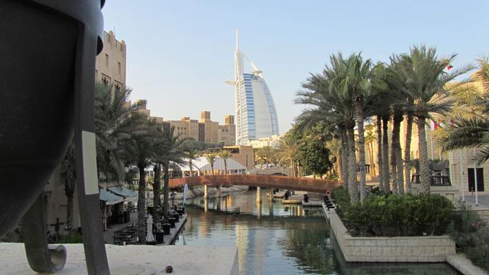 Burj Al Arab Jumeirah im Hintergrund