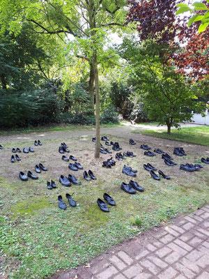 50 Paar Schuhe geteert - Angelika Stienecke