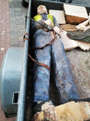 Roger Löcherbach - Abtransport der fertigen Holzskulptur
